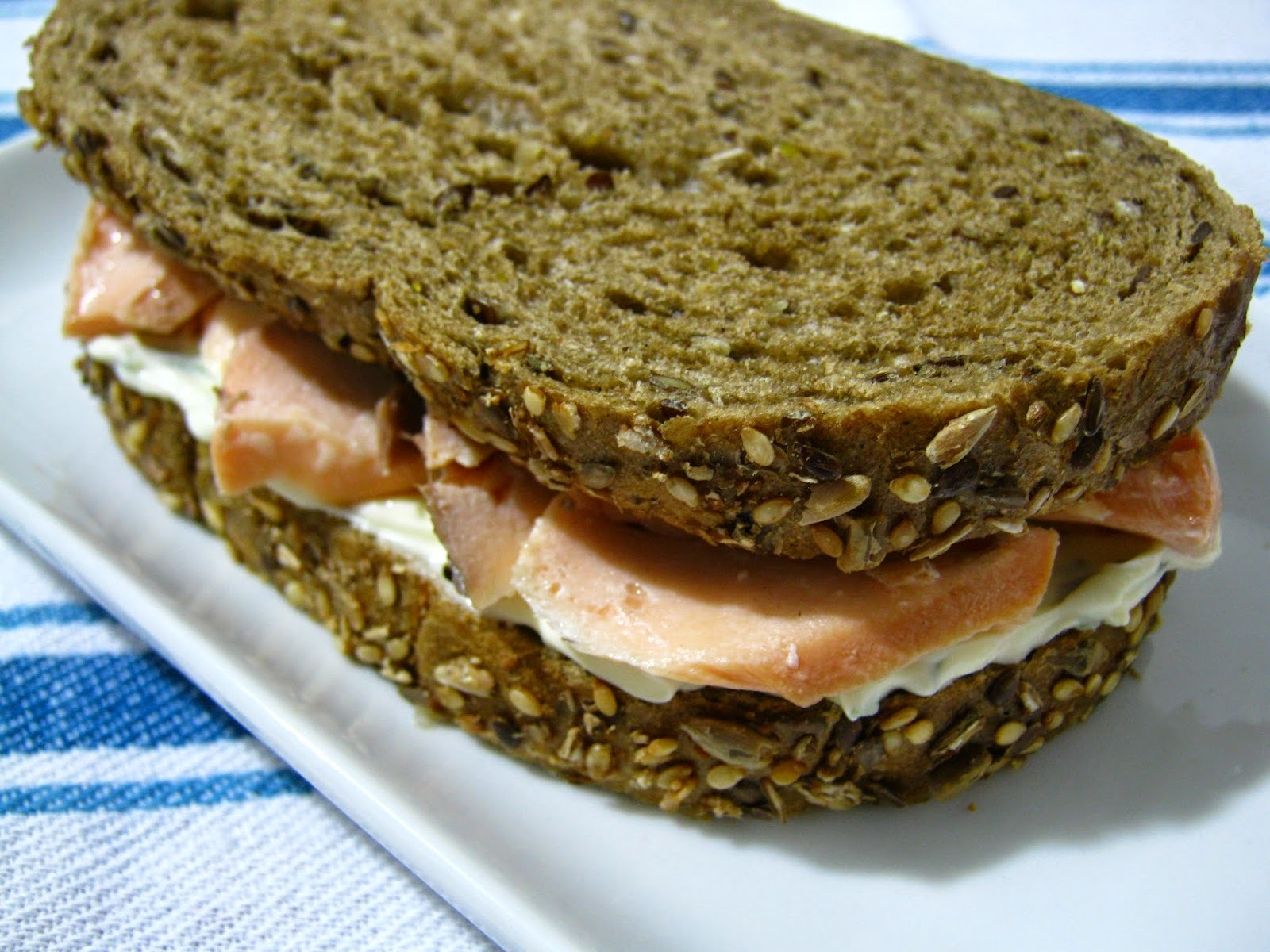 Sanduíche de salmão e cream cheese