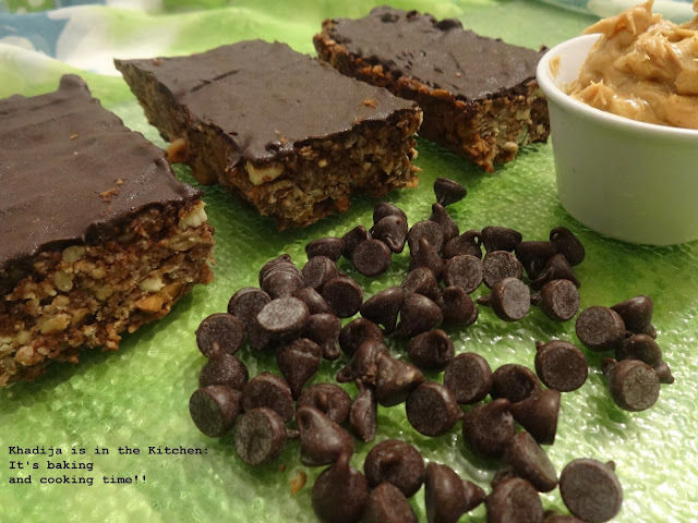 BARRES AU BEURRE D'ARACHIDES ET PÉPITES DE CHOCOLAT / PEANUT BUTTER AND CHOCOLATE CHIP BARS / BARRAS DE MANTEQUILLA DE MANÍ Y CHISPAS DE CHOCOLATE