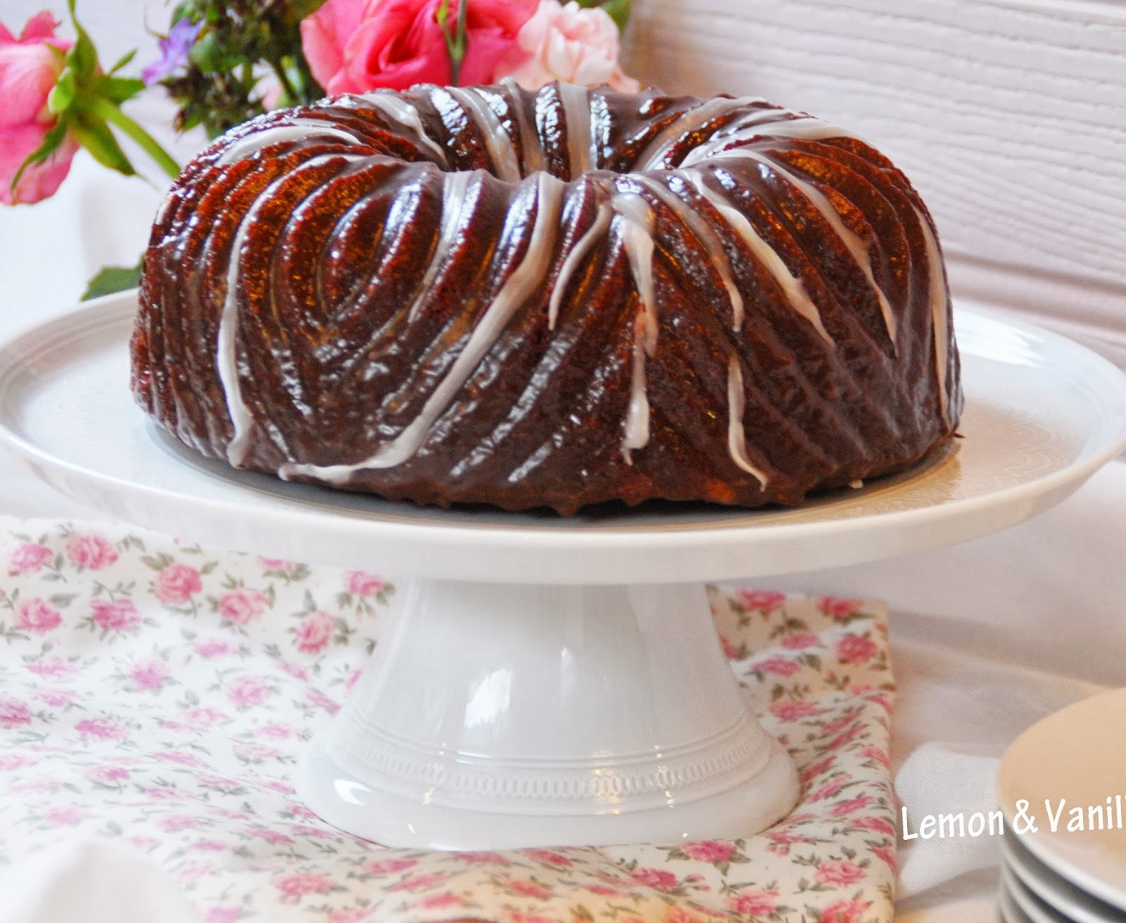 Red velvet zebra bundt cake with chocolate glaze / Bundt cake zebra red velvet, com cobertura de chocolate.