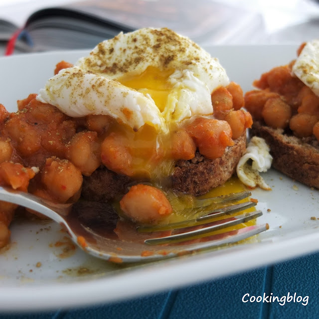 Grão cozinhado lentamente, um ovo escalfado e o toque de Za'atar | Slow-cooked chikpeas on toast with poached egg