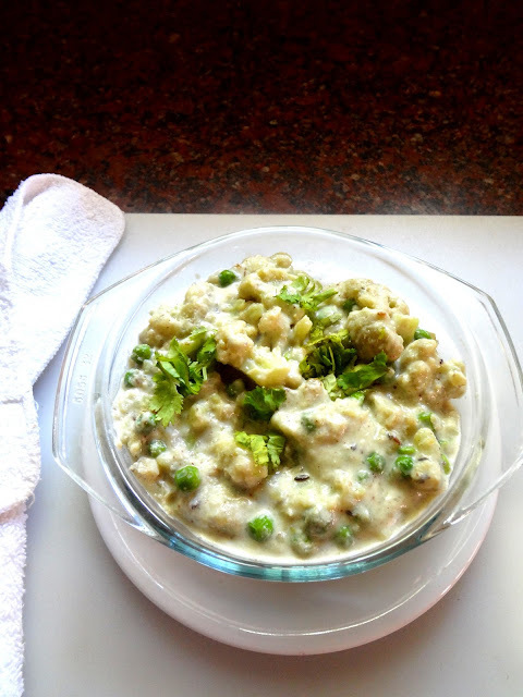 Green peas and cauliflower in  a mildly spiced thick creamy sauce     ( Gobi mutter masala)