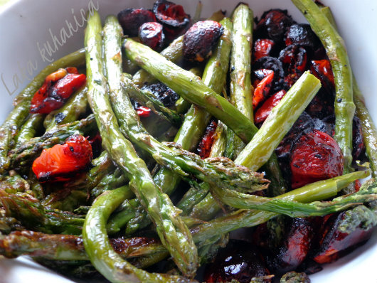 Pečene šparoge s cherry rajčicama :: Oven roasted asparagus and cherry tomatoes