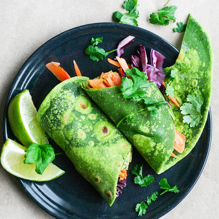 Kikherneillä ja avokadolla täytetyt pinaattiwrapit | Spinach wraps with avocado and chickpea filling
