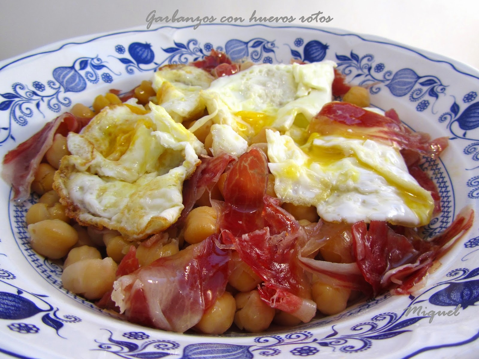 Garbanzos con huevos rotos
