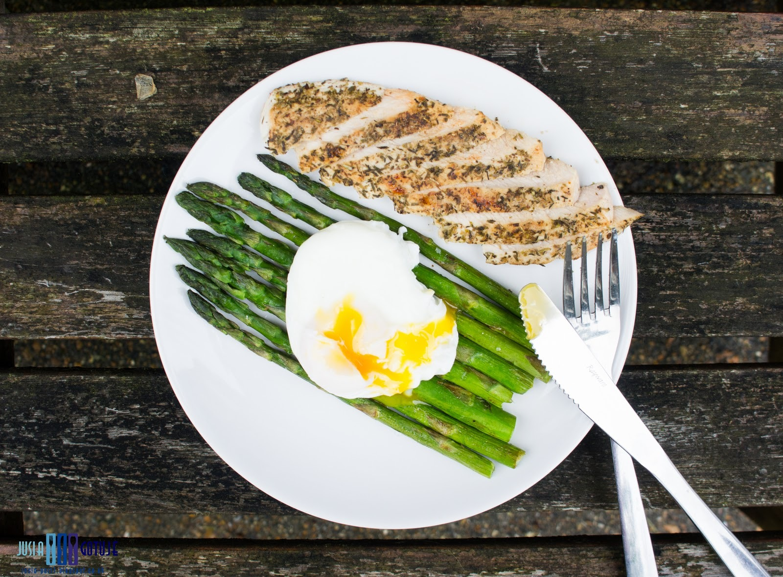 Grillowana pierś z indyka ze szparagami i jajkiem w koszulce. / Grilled turkey breast with asparagus and poached egg.