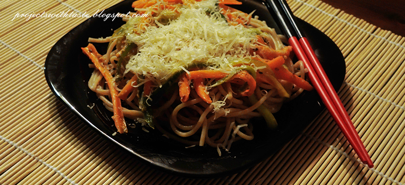 Warzywa z woka z makaronem i parmezanem / Vegetables from the wok with pasta and parmesan cheese