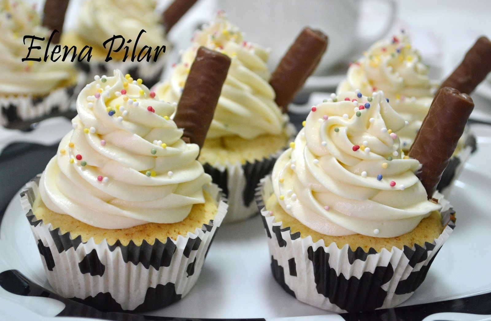 Cupcakes de chocolate blanco con frosting de queso y chocolate blanco
