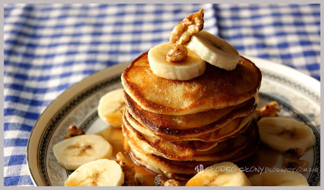 Pancakes z bananami, orzechami i syropem klonowym / Pancakes with banana, nuts and maple syrup