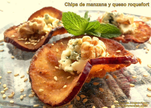 Chips de manzana y queso roquefort.