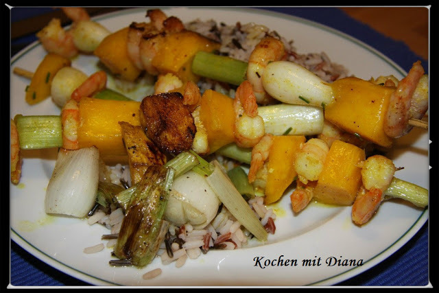 Garnelen-Mango Spieße auf Wildreis/ Shrimp and mango sticks with wild rice