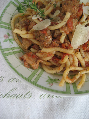 Macaronis longs ou bucatini aux tomates de grand-mère
