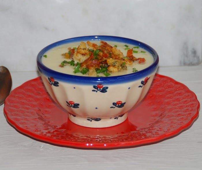 Parsnip soup with Stilton and bacon crumb / Sopa de pastinaca com topping de Stilton e bacon.