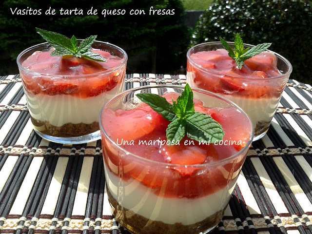 Vasitos de tarta de queso y fresas