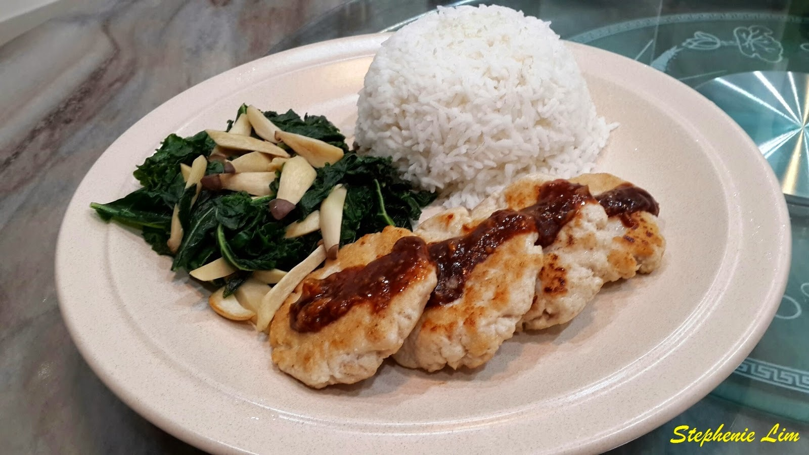 姜茸烧烤酱煎鱼饼和羽衣甘蓝菜炒菇饭 (Pan Fried Fish Cakes with Ginger BBQ Sauce and Sauteed Kale Mushroom Rice)