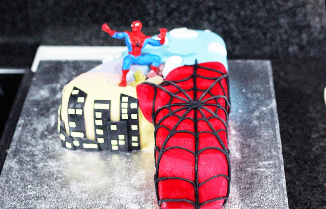 TARTA  SPIDERMAN  EN   FORMA   DE  CUATRO (TUTORIAL)