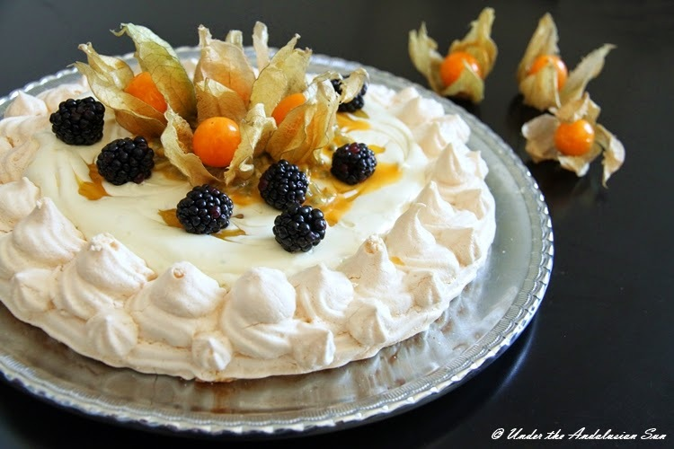Pavlova with white chocolate mousse