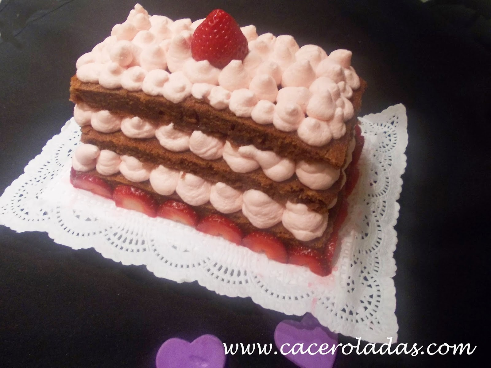 Tarta de chocolate con chantilly de fresa