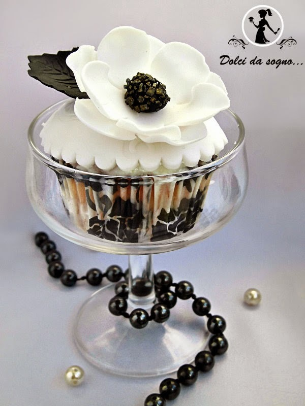 Cupcake con anemoni in gum past