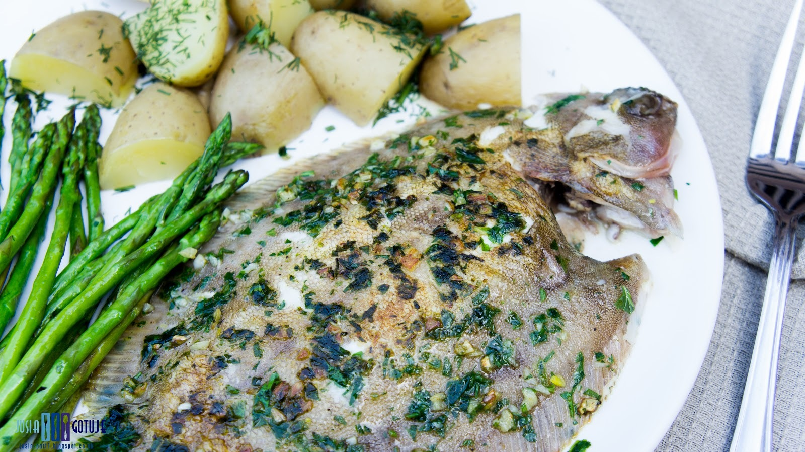 Grillowana sola z natką pietruszki i czosnkiem. / Grilled lemon sole with parsley and garlic.