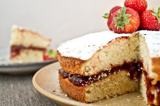 what topping do you put on a victoria sponge