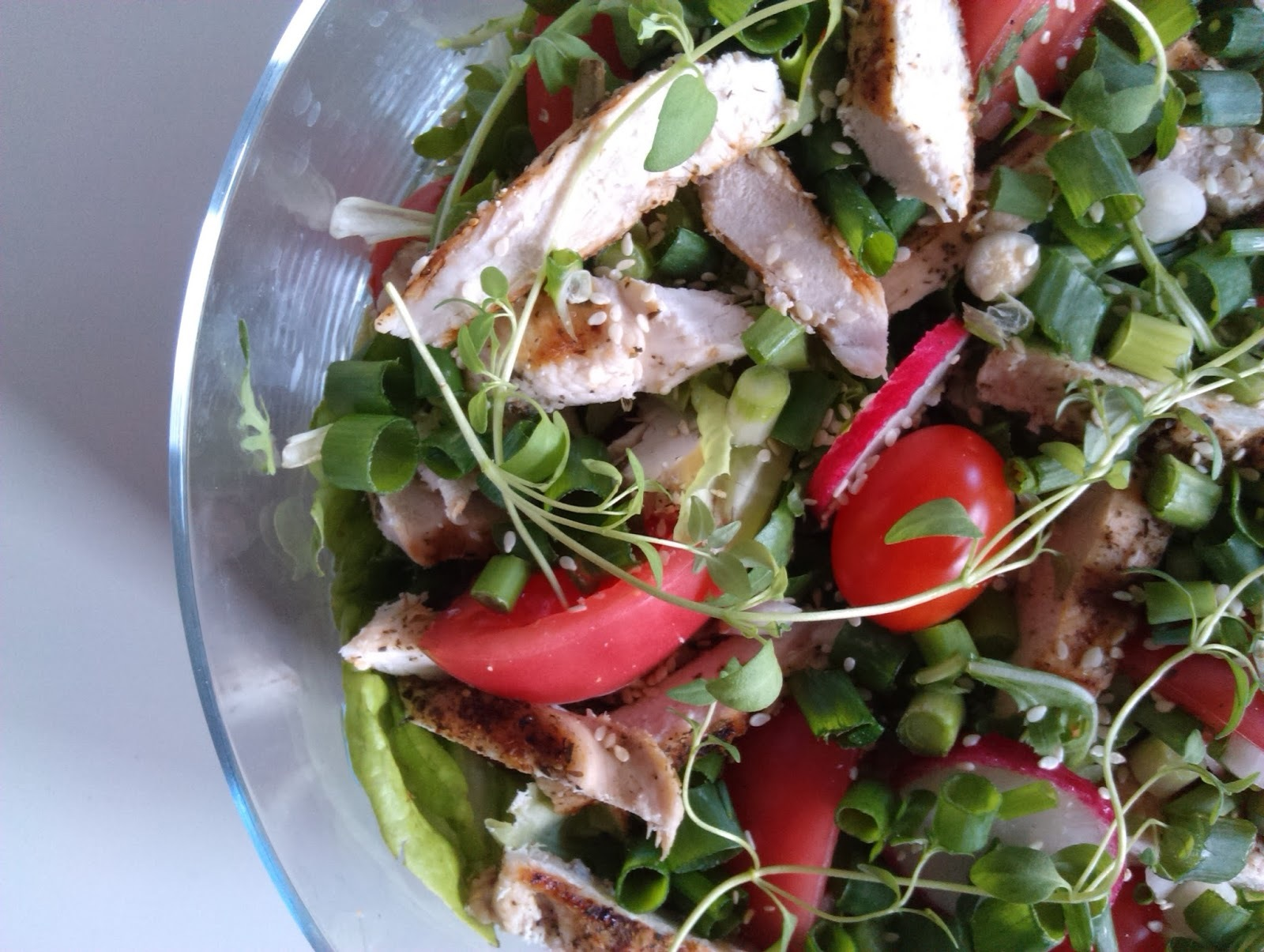 MIX SAŁAT Z GRILLOWANYM KURCZAKIEM / MIX SALAD WITH GRILLED CHICKEN