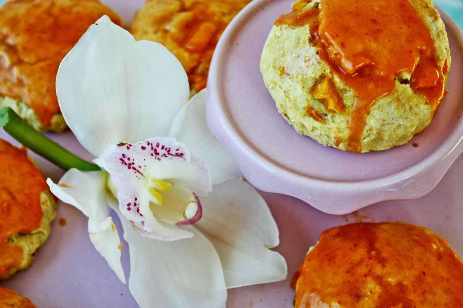 Thai Mango Scones mit Red Curry Glasur