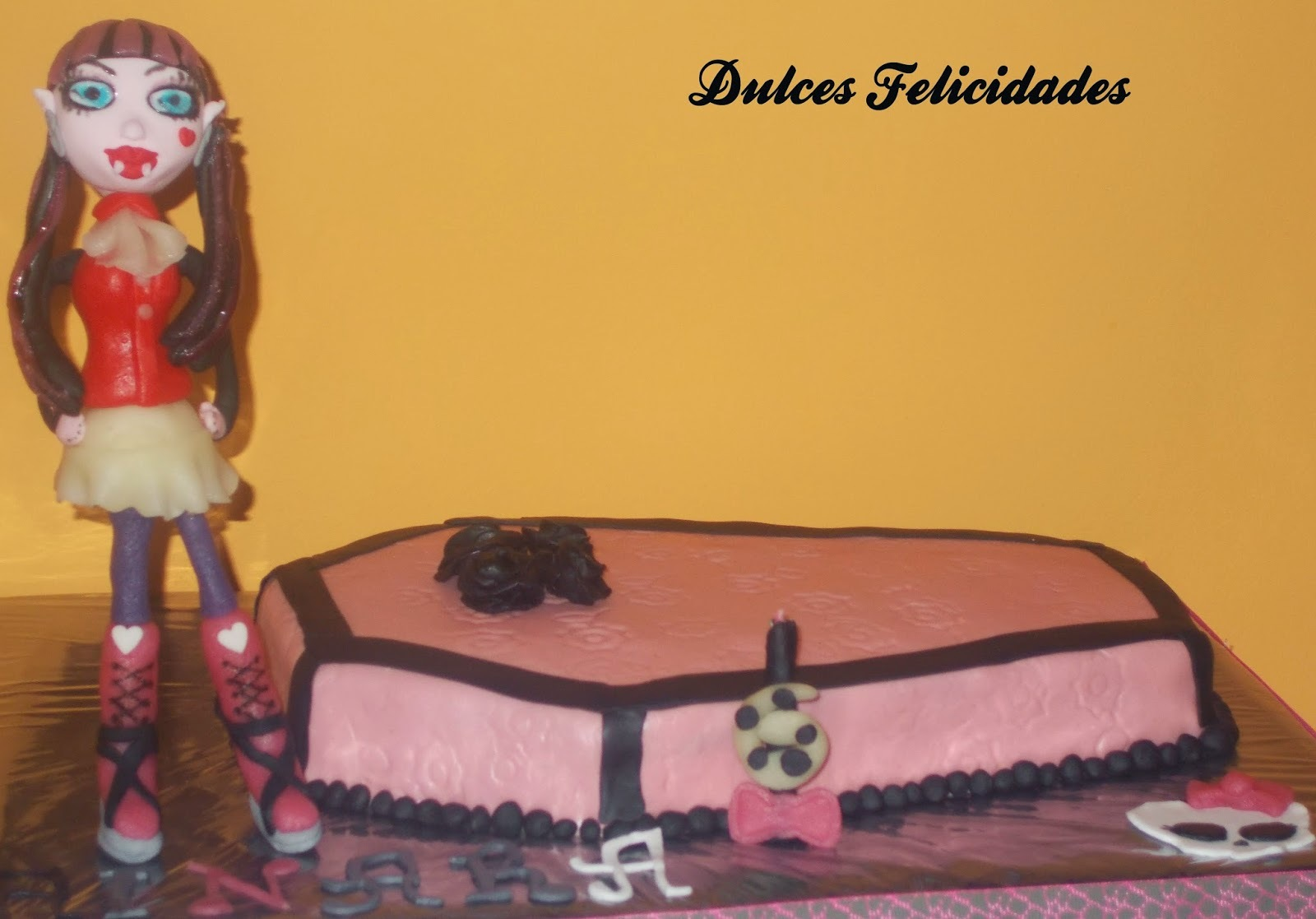 Tarta fondant Monster High: Bizcocho Victoria de chocolate