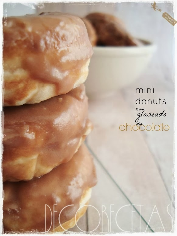 Mini donuts con glaseado de chocolate