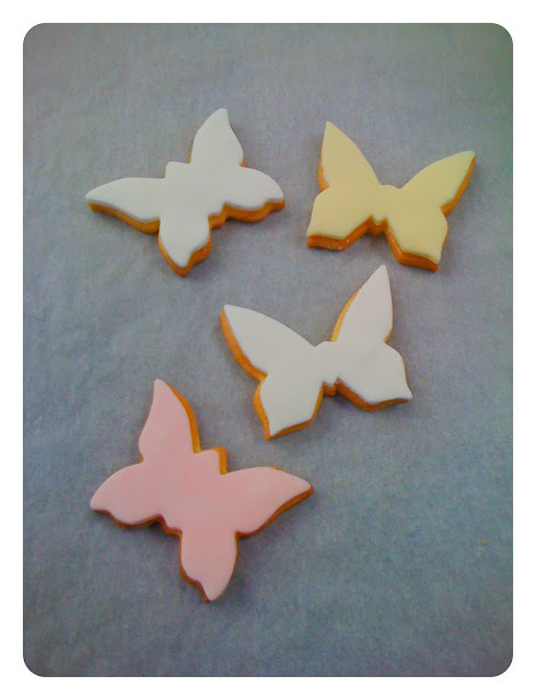 Decorating biscuits with fondant (rolling icing)