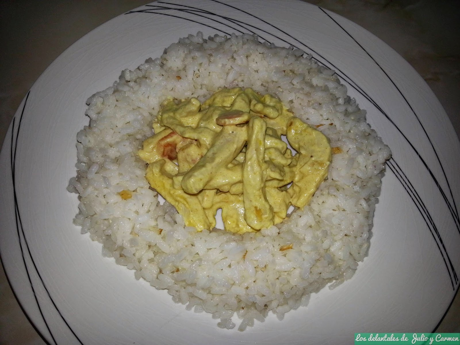 Pollo al curry con arroz salteado