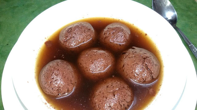 CHOCOLATE RASGULLAS  (CHOCOLAT  FLAVOURED  CHEESE BALL DIPPED IN SUGAR SYRUP )