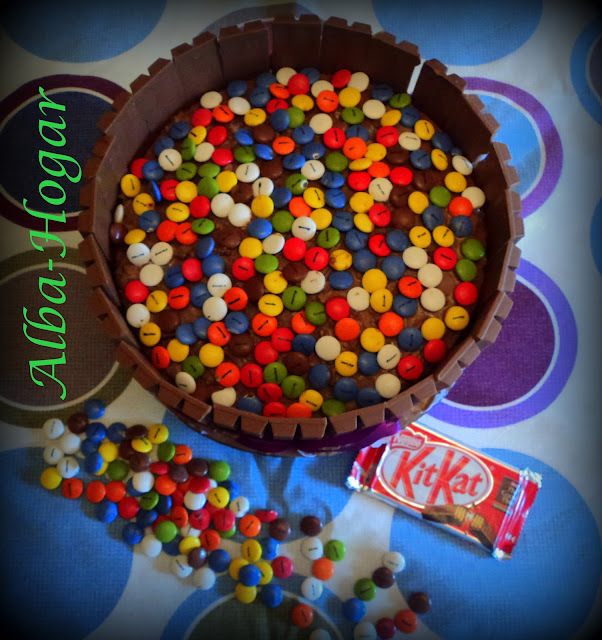 tarta de lacasitos y kit kat