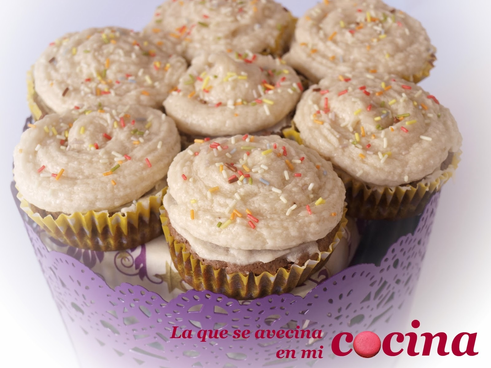 Cupcakes de chocolate con nueces y buttercream de plátano.