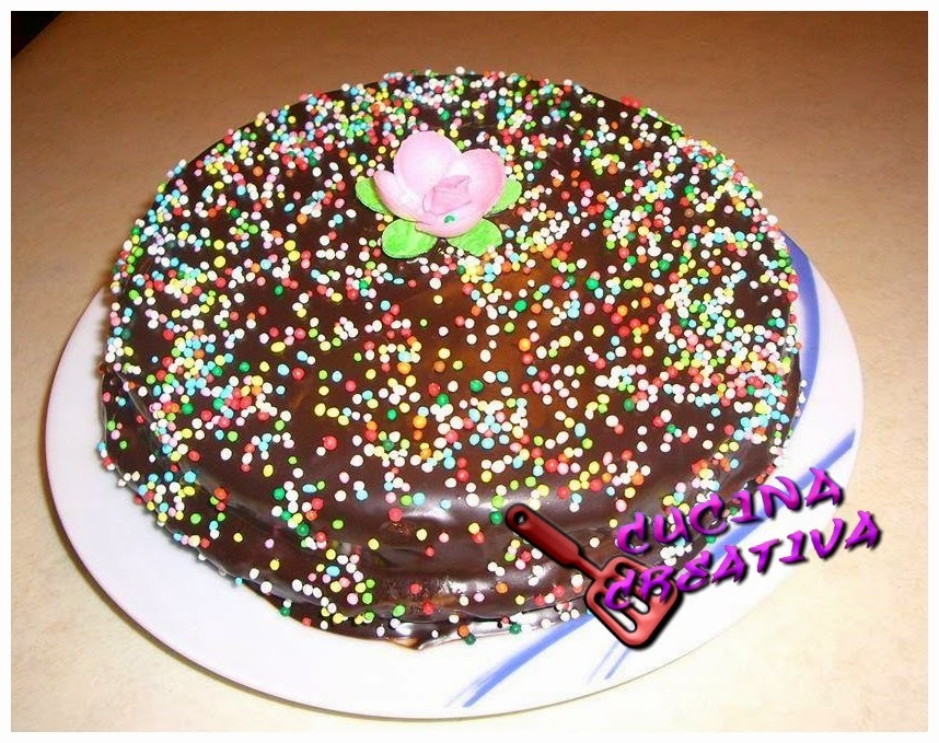 torta ricoperta do glassa al cioccolato e confettini colorati