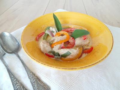 Poulet au lait de coco, poivrons et sauge (Chicken in coconut milk, peppers and sage)