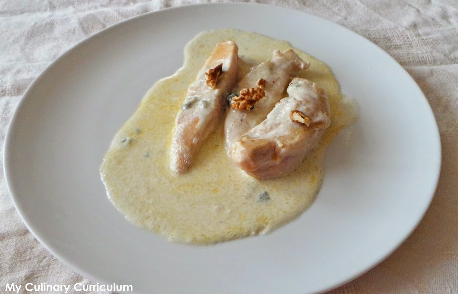 Poulet au roquefort et aux noix (Chicken with Roquefort and walnuts)