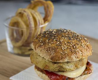 hamburger ceci con peperoni marmellata di pomodori scamorza e anelli di cipolla fritti