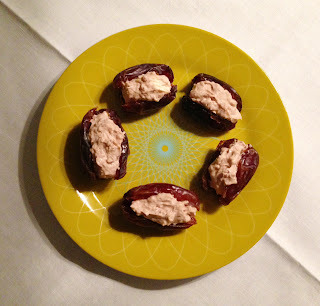Dadels met cream cheese, raw cacao en walnoten