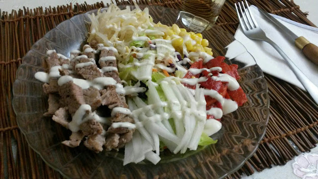 Ensalada mixta con filete de ternera y salsa de yogurt