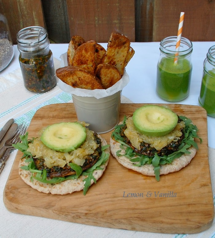 Open grilled portobello sandwich with sun dried tomato, kale and hemp pesto accompanied by a green juice and crispy baked fries / Sanduiche aberta de cogumelo portobello grelhado, com pesto de tomate seco, couve e sementes de cânhamo, acompanhada por sumo verde e batatas estaladiças assadas no forno.