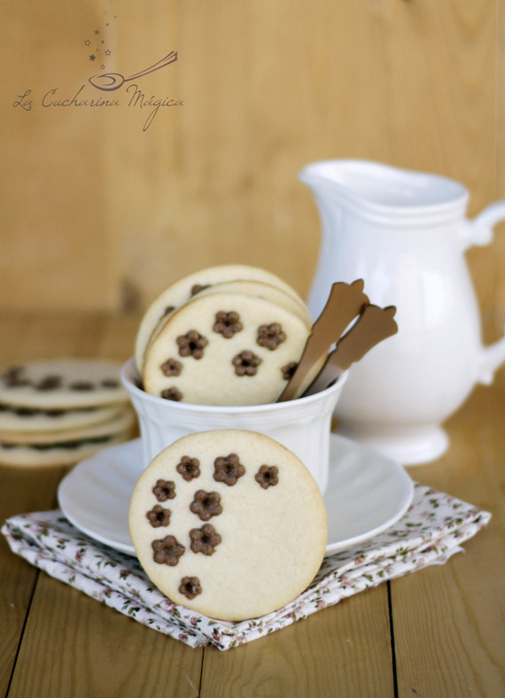 Galletas de mantequilla con flores de chocolate