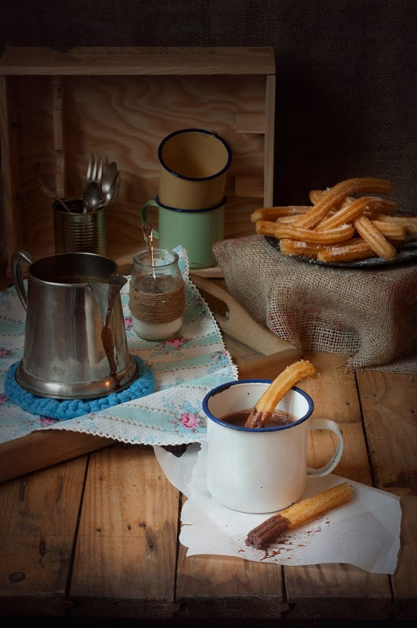 CHURROS CON CHOCOLATE A LA TAZA.