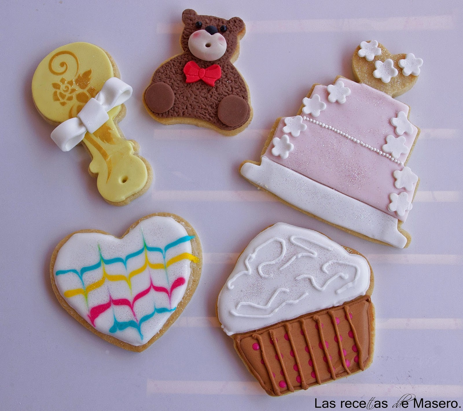 Galletas de mantequilla decoradas con glasa real y fondant
