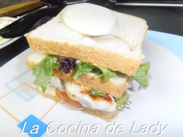 SANDWICH TRIPLE DE POLLO