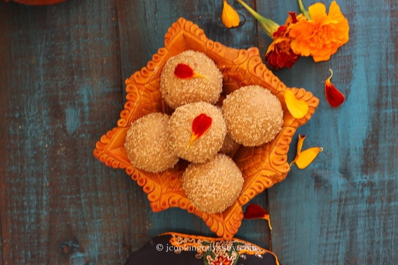 Traditional Gujarati Gor Churma Ladwa - Ladva / Gud Churma Ladoo ~ Jaggery Whole Wheat Balls