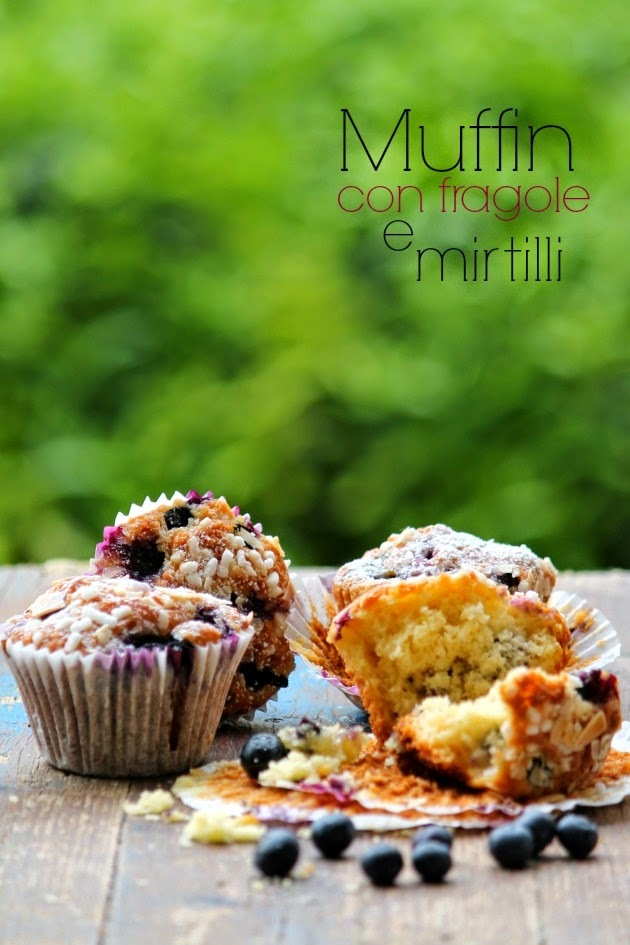 Muffin con fragole e mirtilli