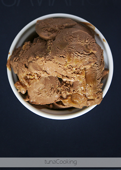 CZEKOLADOWE LODY Z SOLONYM KARMELEM  CHOCOLATE ICE CREAM WITH SALTED CARAMEL