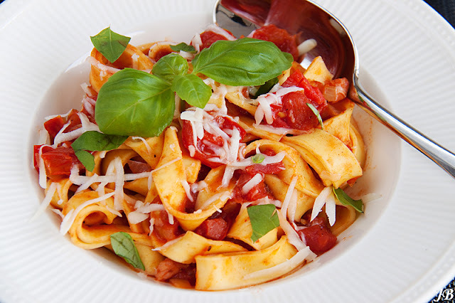 Pappardelle in pittige tomatensaus