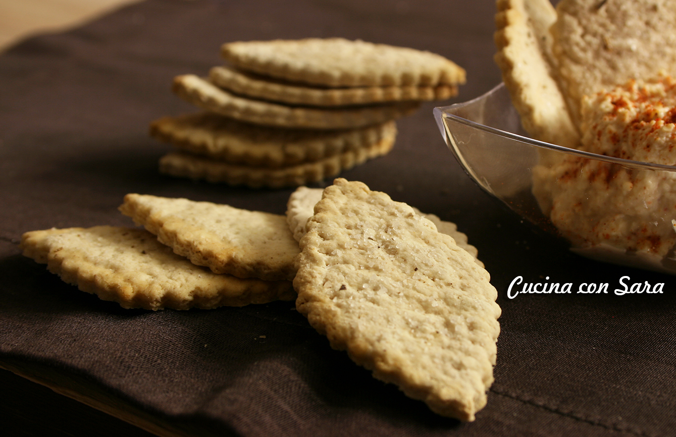 Crackers all'acqua con farina d'orzo, leggeri e gustosi