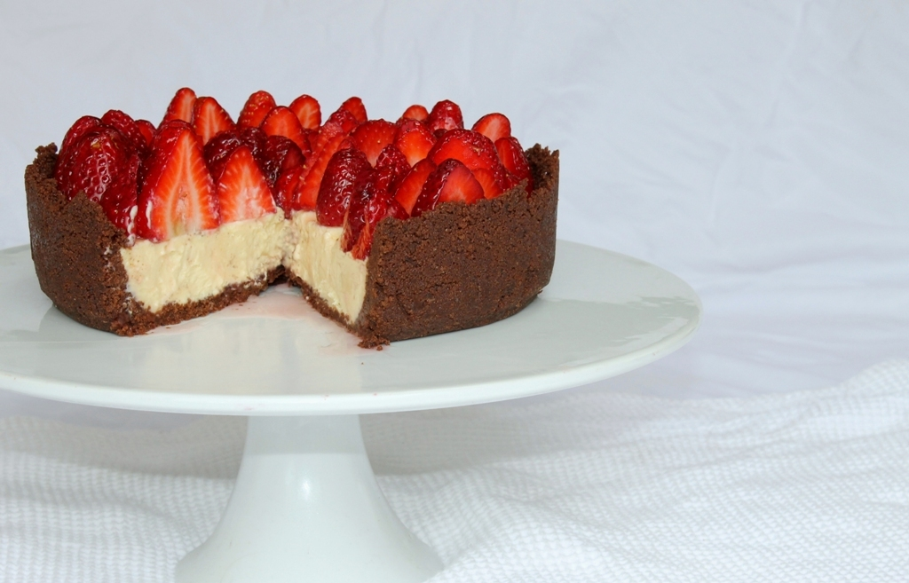 White chocolate and fresh berry cheesecake